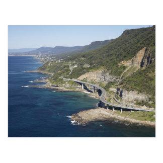 Vista aérea del puente del acantilado del mar postales