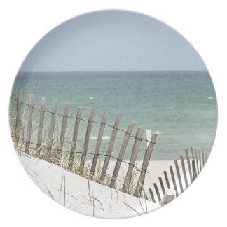 Vista al mar a través de la cerca de la playa platos de comidas