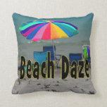 vista al mar colorida de la playa del paraguas del almohadas