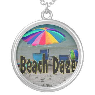 vista al mar colorida de la playa del paraguas del colgante redondo