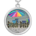 vista al mar colorida de la playa del paraguas del pendiente personalizado