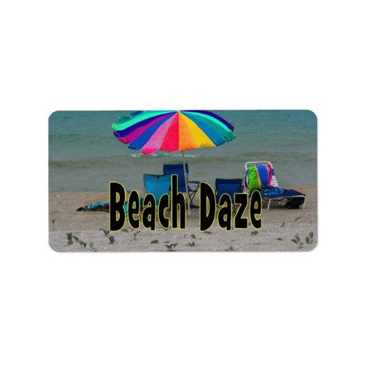 vista al mar colorida de la playa del paraguas del etiquetas de dirección