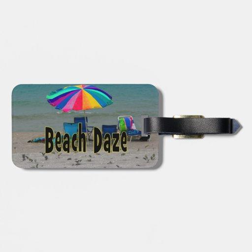 vista al mar colorida de la playa del paraguas del etiqueta para maleta