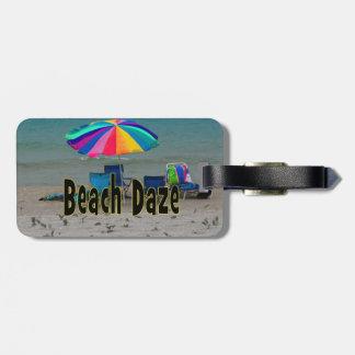 vista al mar colorida de la playa del paraguas del etiquetas para maletas