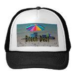 vista al mar colorida de la playa del paraguas del gorros bordados