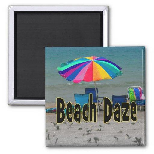 vista al mar colorida de la playa del paraguas del iman para frigorífico