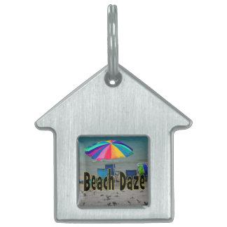 vista al mar colorida de la playa del paraguas del placa de nombre de mascota