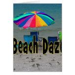 vista al mar colorida de la playa del paraguas del felicitaciones