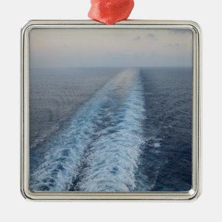 Vista al mar de la estela de la parte posterior de adorno cuadrado plateado