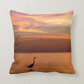 Vista al mar en la puesta del sol cojín