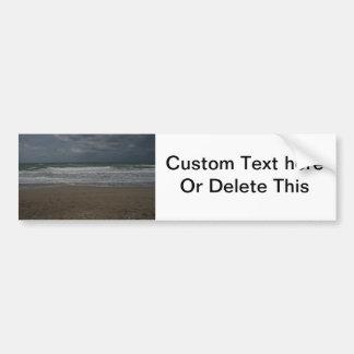 Vista al mar tempestuosa de la playa pegatina de parachoque