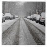 Vista amplia de la calle nevada unplowed adentro azulejo cuadrado grande