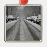 Vista amplia de la calle nevada unplowed adentro adorno para reyes