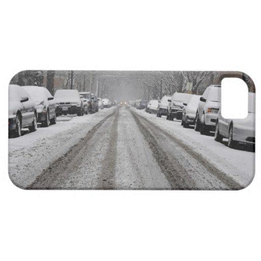 Vista amplia de la calle nevada unplowed adentro funda para iPhone SE/5/5s