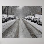 Vista amplia de la calle nevada unplowed adentro posters