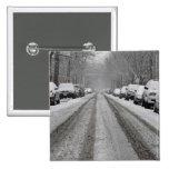 Vista amplia de la calle nevada unplowed adentro pins