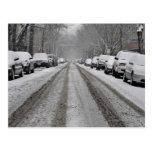 Vista amplia de la calle nevada unplowed adentro tarjetas postales