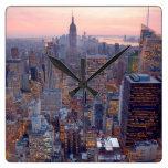 Vista amplia de Manhattan en la puesta del sol Reloj