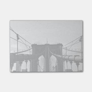 Vista blanco y negro del puente post-it® nota