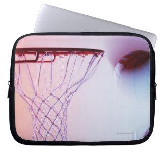 Vista borrosa del baloncesto que entra aro funda portátil