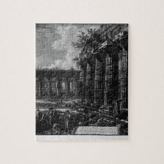 Vista de algunas columnas de la fachada frente a puzzle con fotos