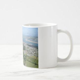 Vista de Caernarfon y de Anglesea Taza Clásica