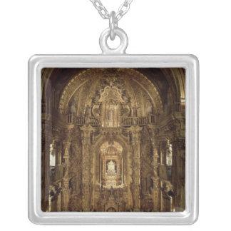 Vista de la capilla y del alto altar colgantes