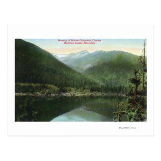 Vista de la casa de campo del arco iris y del lago tarjeta postal