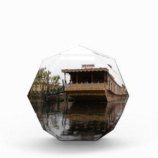 Vista de la casa flotante del shikara en el lago
