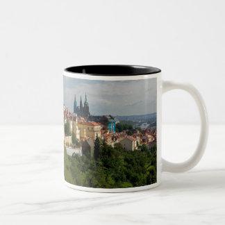Vista de la catedral de Vitus del santo, Praga, Taza De Café De Dos Colores