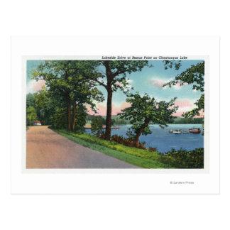 Vista de la impulsión de la orilla del lago a lo postal