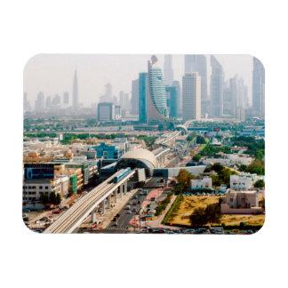 Vista de la línea y de los rascacielos del metro iman flexible