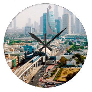 Vista de la línea y de los rascacielos del metro reloj redondo grande