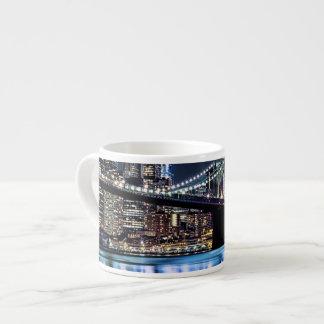 Vista de la reflexión del puente de Brooklyn de Taza Espresso