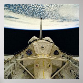 Vista de la tierra del transbordador espacial Colu Posters