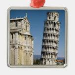 Vista de la torre inclinada ornamente de reyes