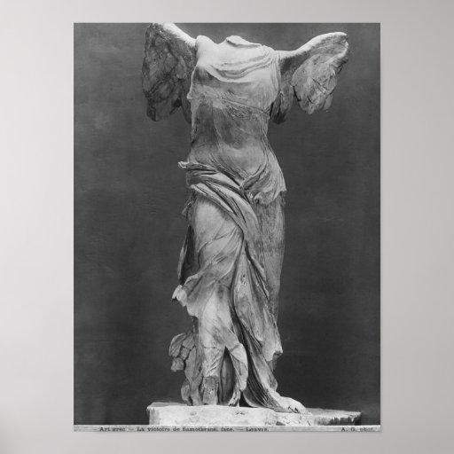 Vista de la victoria Samothrace en museo del Louvr Póster