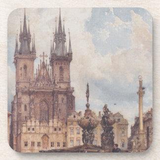 Vista de la vieja plaza con la iglesia posavasos de bebidas