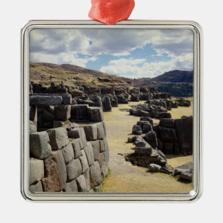 Vista de las paredes de piedra adorno cuadrado plateado