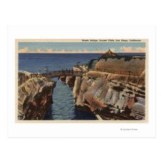 Vista de los acantilados rústicos del puente y de tarjetas postales