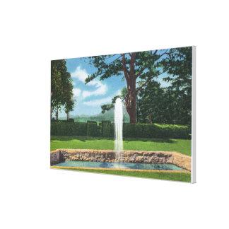 Vista de los jardines y de la fuente de Tanglewood Impresión En Lienzo Estirada