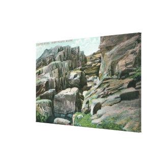 Vista de los pasos gigantes ascendentes de la roca lona envuelta para galerías