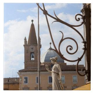 vista de los postes y de las estatuas de la lámpar azulejo cerámica