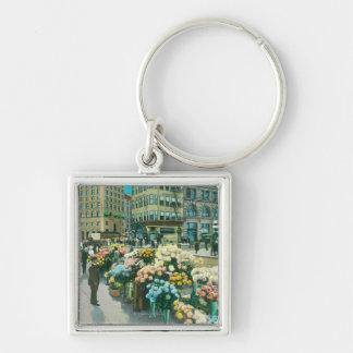 Vista de los vendedores de la flor de la calle llavero cuadrado plateado