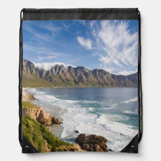 Vista de montañas con las nubes y Fynbos Mochila