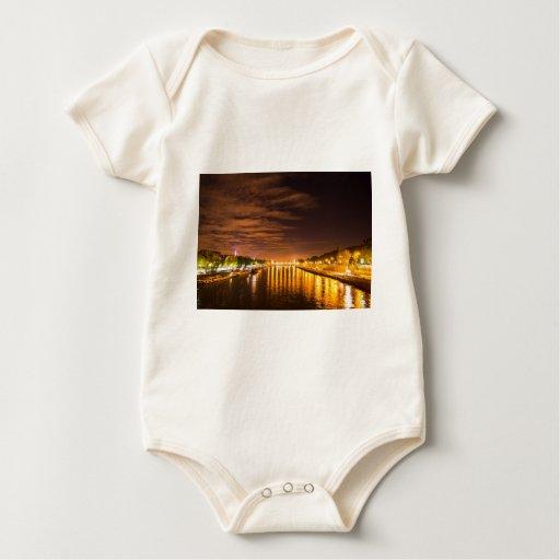 vista de París Francia en la noche y el río Sena Body Para Bebé