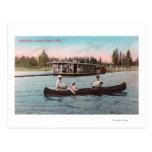 Vista de un barco de casa en el lago postal
