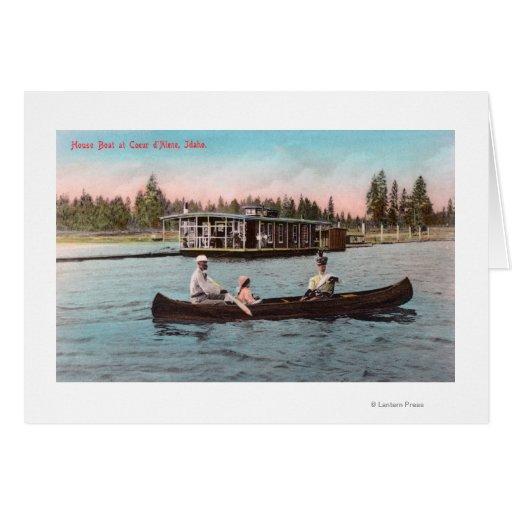 Vista de un barco de casa en el lago felicitaciones