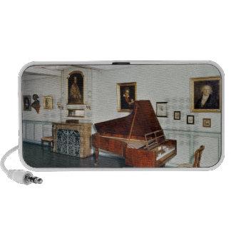 Vista de un cuarto con un piano de cola notebook altavoz