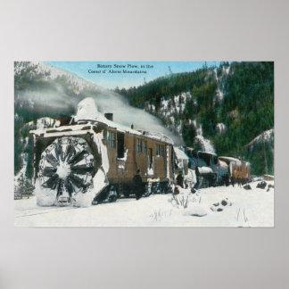 Vista de un quitanieves rotatorio en las montañas póster